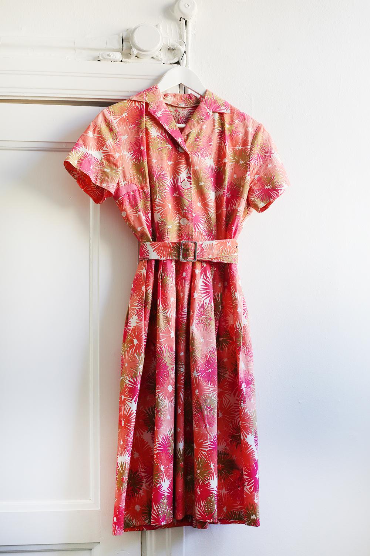7a3a73353e58 Superfin vintageklänning från 50 talet med skärp i midjan, krage, knappar  och öppning fram och fint härligt blommönster i bomullstyg. Storlek 36-38.